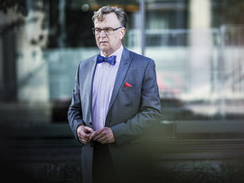 <p><b>VIPPS-FUSJON:</b>Espen Andresen, professor i strategi og entreprenørskap på BI mener Vipps bør slå seg sammen med Mobilepay for å best kjempe mot utenlandske utfordrere.</p>