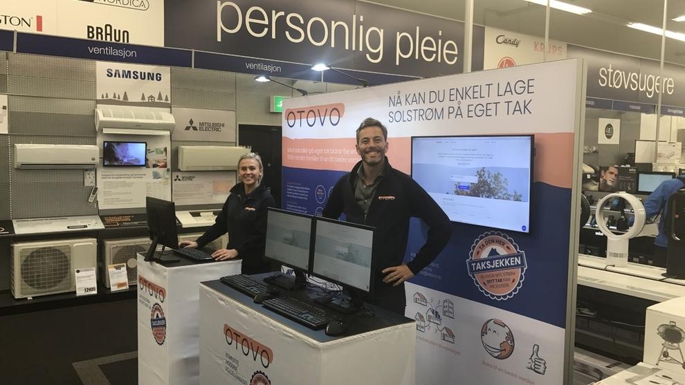 Christel Mathiesen og Andreas Thorsheim fra Otovo avbildet i 2017 i butikken på Elkjøp Lørenskog på første salgsdag med solceller.