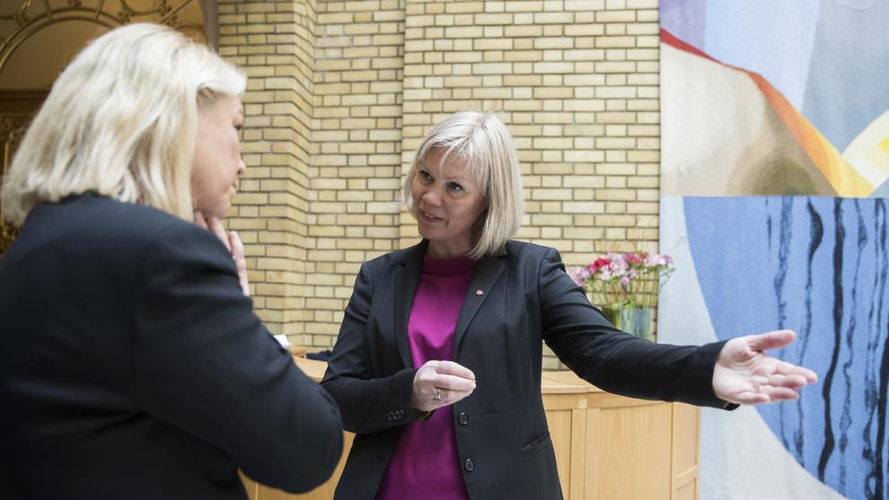 <p><b>UROVEKKENDE:</b> Ap-politiker Åsunn Lyngedal (t.vh) sier at Stortinget må vurdere nye innstramminger for forbrukslånsbanker dersom veksten ikke tøyles.</p>
