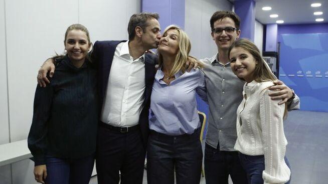 <p><b>KYSS:</b> Kyriakos Mitsotakis kysser kona Mareva Grabowski på seiersfesten 7. juli, da det ble klart at han hadde vunnet det greske valget. Rundt dem står parets tre barn.</p>