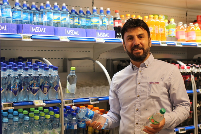 <p>HVA FOSSEN BRINGER, BÆRER STRØMMEN VEKK: Kjøpmann ved Rema 1000 Majorstua, Mehmet Tekinöz, får ikke nok varer til å tette hullene i mineralvann-hyllen.</p>