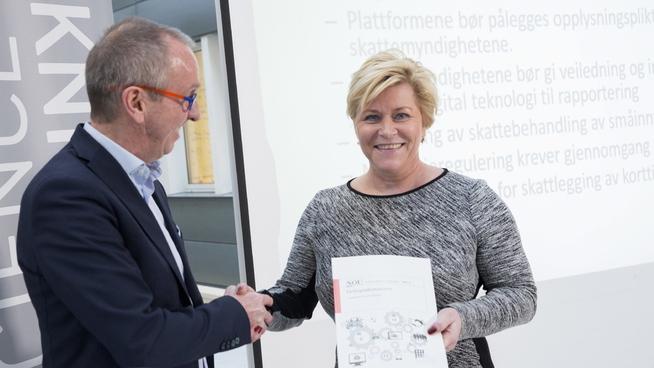 <p><b>DELINGSØKONOMIUTVALGET:</b> Utvalgsleder Tommy Staahl Gabrielsen overleverte finansminister Siv Jensen rapporten fra delingsøkonomiutvalget, som så på hvordan den nye delingsøkonomien skal brukes i Norge. nå legger Uber ned sin hovedtjeneste, i skuffelse over manglende regulering fra norske myndigheter.</p>