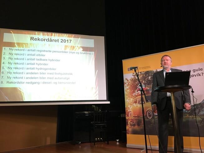 <p><b>HØYT SALG:</b> Direktør Øyvind Solberg Thorsen i Opplysningsrådet for veitrafikken legger frem tallene for bilsalget i 2017.</p>
