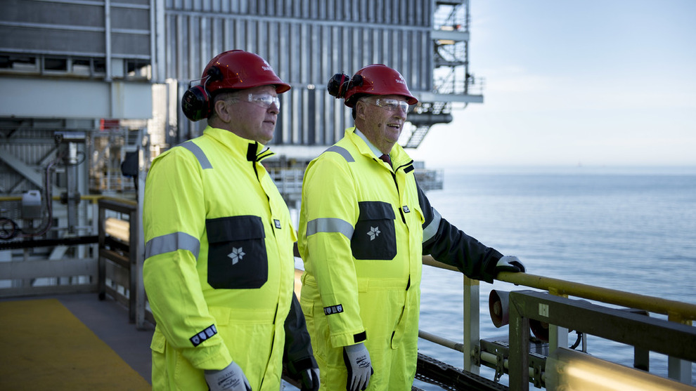 <p><b>KONGELIG SELSKAP:</b>Statoils planer for norsk sokkel er viktige for leverandørindustri, industriell aktivitet og statens skatteinntekter. Her er Kong Harald og Statoils konsernsjef Eldar Sætre på Troll A-plattformen utenfor Bergen, i forbindelse med olje- og gassindustriens markering av 50 års aktivitet på sokkelen.</p>