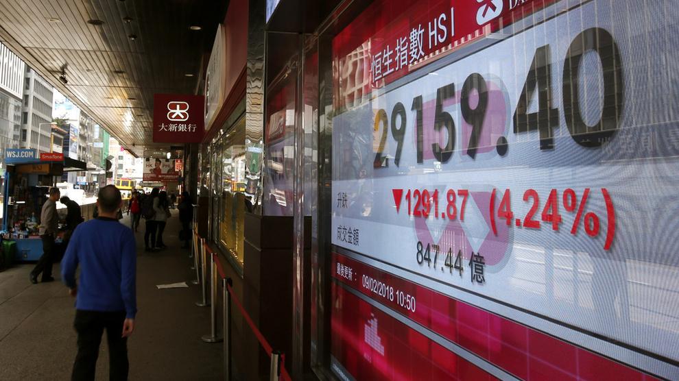 <p><b>FALL:</b> En mann går forbi en informasjonsskjerm som viser utviklingen på Hongkong-børsen i natt norsk tid.</p>