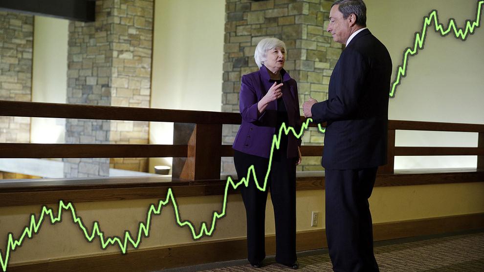 <p><b>DOLLAR MØTER EURO:</b> Sentralbanksjef Janet Yellen i USA snakker med eurosone-kollega Mario Draghi under sentralbankkonferansen i Jackson Hole i 2014.</p>