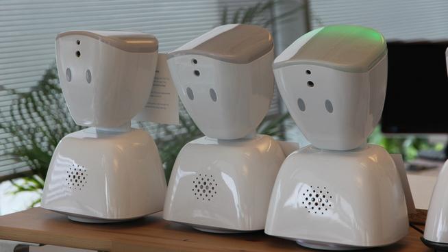 <p><b>AV1:</b> Roboten er med på eventyr, og via en skjerm kan brukeren både se, høre og snakke med andre. Nå jobber No Isolation med å tilpasse roboten best mulig, slik at eldre skal kunne kommunisere med familie og venner via nettet.</p>