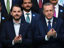 <p><b>FAMILIESELSKAP:</b> Den tyrkiske presidentenRecep Tayyip Erdogan utnevnte sin egen svigersønn, Berat Albayrak, til finansminister mandag. Svigersønnen er tidligere energiminister. Lirenså i den forbindelse sitt største fall mot dollaren siden kuppforsøket i 2016.</p>