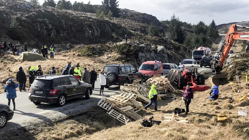 <p><b>FORMELT VEDTAK:</b>Frøya kommune har gjort et formelt vedtak om å stanse Trønderenergis omstridte vindprosjekt med 14 turbiner på Frøya. Det gjør at Trønderenergi kan utfordre vedtaket, for eksempel ved å klage til Fylkesmannen eller ta saken til retten. Bildet er fra en lokal protest tidligere denne måneden.</p>