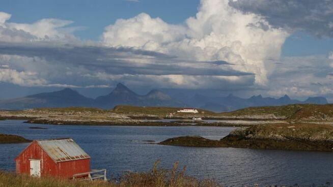 <p>SYV SØSTRE: Her er Sakrisøya sett fra Skipbåtsvær, med Dønnamannen og de Syv Søstre i bakgrunnen.</p>