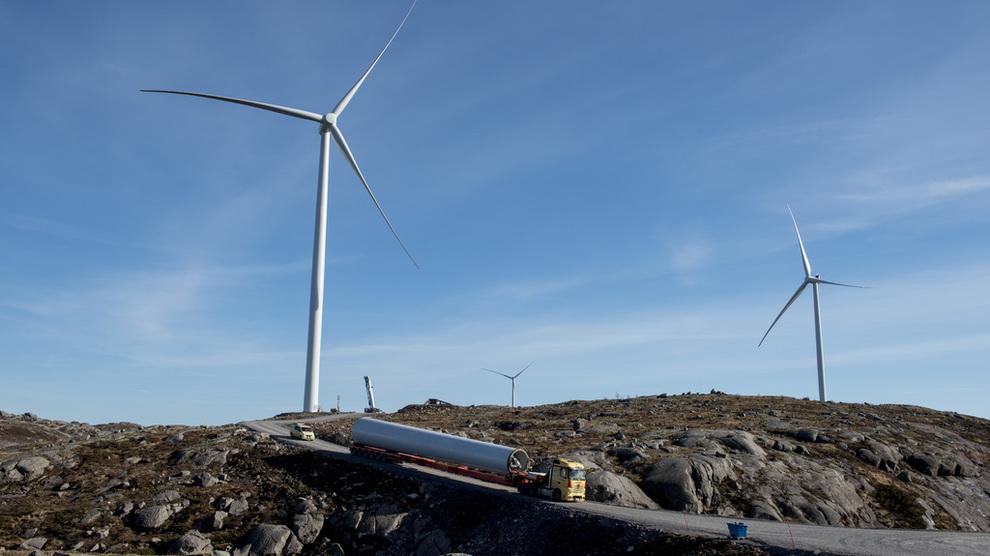 <p><b>STADIG BILLIGERE:</b>Kostnadene har falt kraftig og fortsetter å falle for sol- og vindkraft. I 2020 vil levetidskostnadene være på samme nivå som fossildrevne kraftverk, tror det internasjonale energibyrået Irena. Dette er Tellenes vindkraftverk i Rogaland, eid av Blackrock. Google har kjøpt 12 år av kraftproduksjonen.</p>