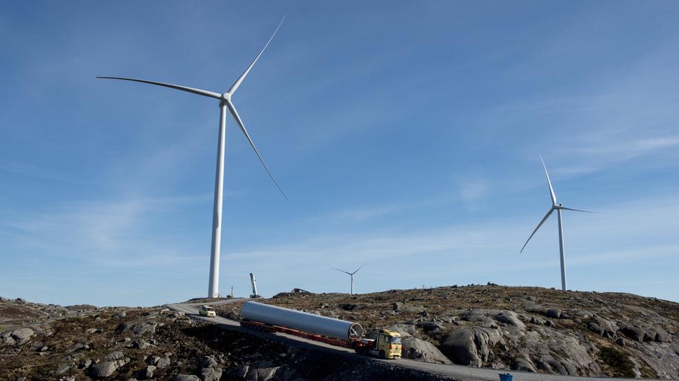 <p><b>NORSK VINDKRAFT:</b>Facebook har inngått avtale med Hamburg-baserte Luxcara om å kjøpe vindkraften fra tre prosjekter i Bjerkreim-området i Norge. Dette er Tellenes vindkraftverk i Rogaland, som er eid av fondet Blackrock, hvor Google har kjøpt kraftproduksjonen i en periode på 12 år. Utbygger er Zephyr og Norsk Vind Energi.</p>
