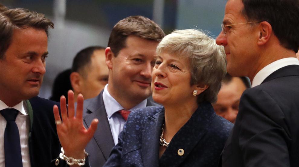 <p><b>BREXIT-KAOS:</b> Statsminister Theresa May, i midten, snakker med den nederlandske statsministeren Mark Rutte, høyre, og Luxembourgs statsminister Xavier Bettel, venstre, ved EU-toppmøtet i Brussel torsdag.</p>