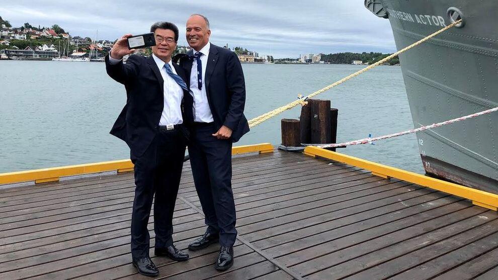 <p><b>HAR GRUNN TIL Å SMILE:</b> Jotuns styreleder Odd Gleditch (t.h.) tar selfie med Hyundai Heavy Industries-toppsjef Ka Sam-Hyun i forbindelse med avtalesigneringen i Norge onsdag.</p>