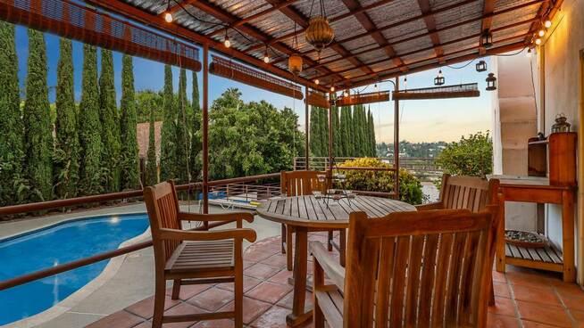 <p><b>HJEMMEKOSELIG:</b> På meglerens nettsider står det at huset har spa, peis og boblebad på terrassen.</p>