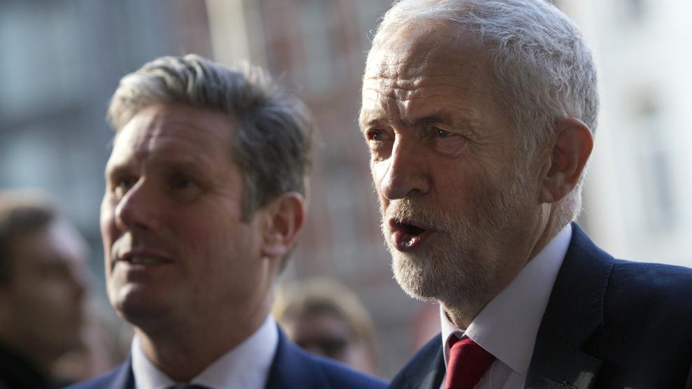 <p>Labours partileder Jeremy Corbyn, her sammen med Labours brexittalsmann Keir Starmer under et besøk i Brussel.</p>