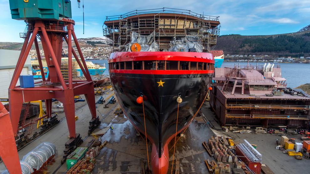 4f7187e5 Hurtigrutens nyeste skip MS Roald Amundsen ble lørdag sjøsatt i Ulsteinvik  på Sunnmøre. Skipet skal brukes til ekspedisjonscruise i polarområdene.