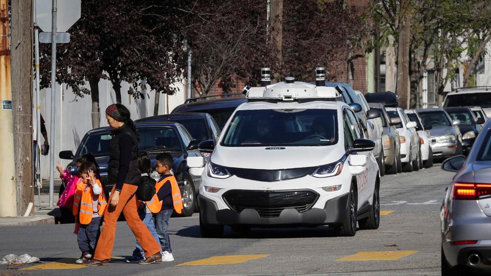 <p><b>STANSER FOR FOTGJENGERE:</b> En selvkjørende Chevy Bolt EV stanser for en voksen og to barn under en demonstrasjon i San Francisco i fjor høst.</p>