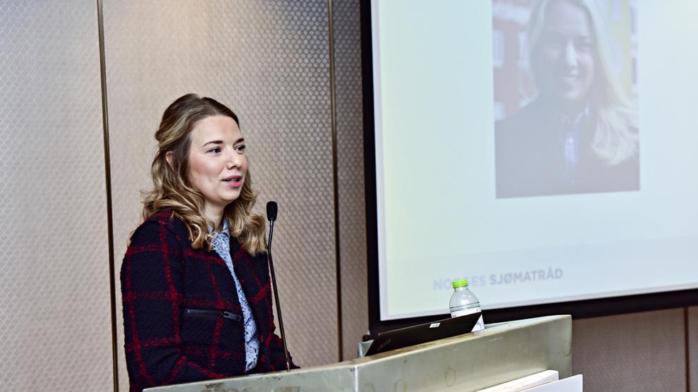 <p><b>PÅTROPPENDE UTSENDING:</b> Victoria Braathen blir ny fiskeriutsending til Kina. Her holder hun foredrag på et arrangement i forbindelse med Asias største sjømatmesse.</p>