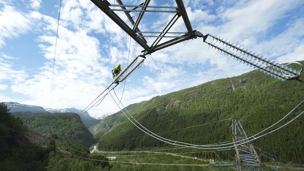 <p><b>KRAFTIG UTBYGGING:</b>De nordiske nettoperatørene investerer rundt 22 milliarder bare i år på å forsterke, oppgradere og utvide kraftnettet i Norden. Bakgrunnen er et mer komplekst system med økt grad av vindkraft og store forbrukere i industrien, og mer utveksling av kraft mellom landene.</p>