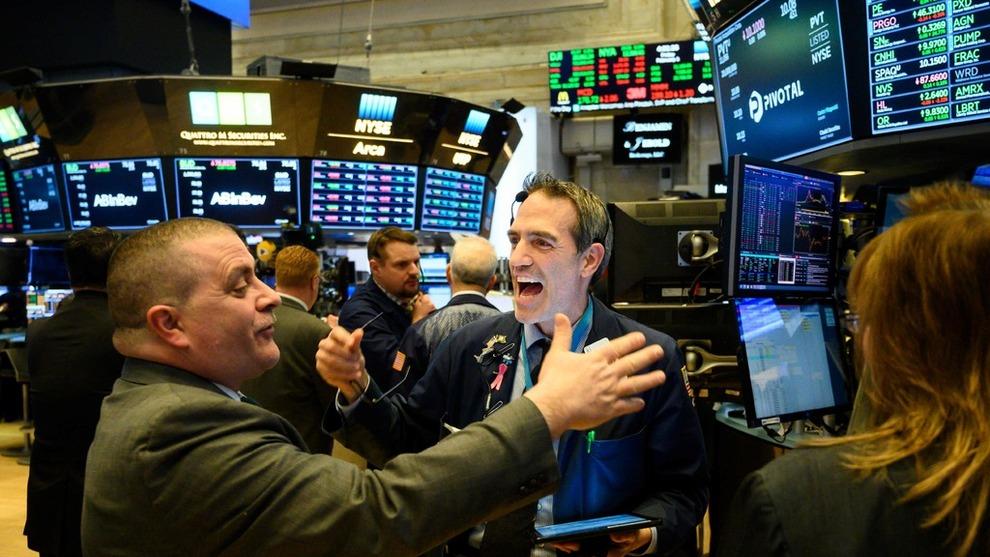 <p><b>STERK UKE:</b> To tradere jubler etter bjellen lyder på Wall Street (illustrasjonsfoto).</p>