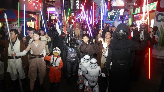 <p><b>TROFASTE FANS:</b> Her er fans under premieren av Star Wars i Taipei, Taiwan den 19. desember 2015. Ingen annen film har tjent 1 milliard dollar på så kort tid som The Force Awakens.<br/></p>