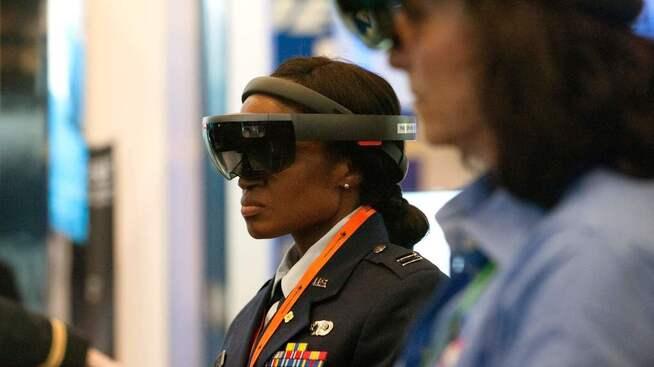 <p><b>MILITÆR GIGANT:</b> Raytheon leverer utstyr militære styrker over hele verden. Her fra en konferanse i USA, hvor personell får prøve forvrengt virkelighetsbriller (AR) som treningssimulator.</p>