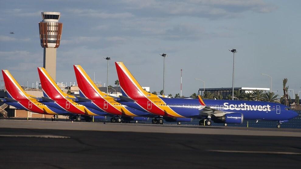 <p><b>PARKERT</b>: En rekke Boeing 737 Max 8-fly står parkert på flyplassen i Phoenix i Arizona i USA onsdag kveld - samme dag som også amerikanske myndigheter satte en midlertidig fot ned for denne flytypen.</p>