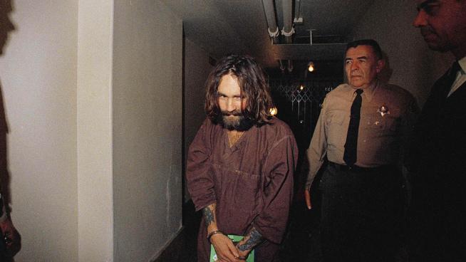 <p><b>LEDEREN</b>: Charles Manson døde i fengsel i 2017. Han sonet en livstidsdom for medvirkning til drap.</p>