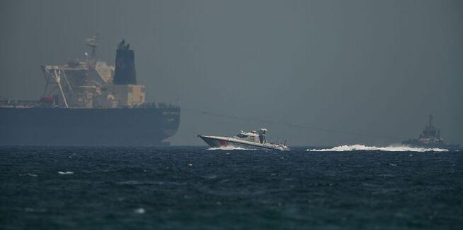 """<p class=""""_1uxMy"""" data-test-tag=""""image:caption"""">PATRULJERER: Et hurtiggående kystvaktskip fra Emiratene passerer en oljetanker utenfor kysten av havnebyen Fujairah ved Omanbukta 13. mai i år. Foto:</p>"""