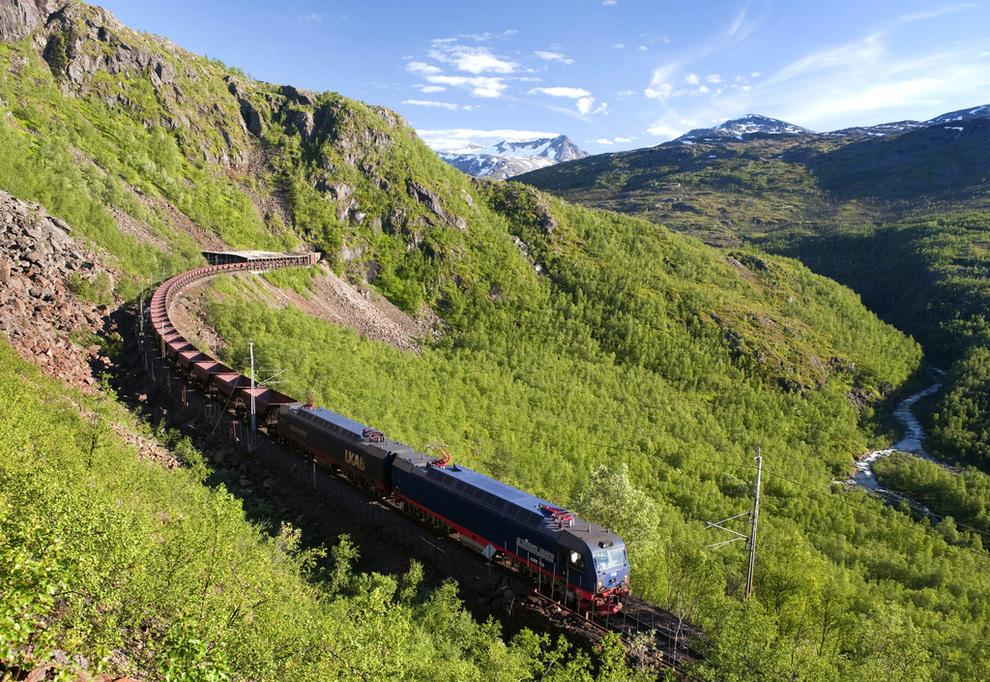 <p><b>OFOTBANEN:</b> Jernbanen fra Narvik er i dag Norges nordligste toglinje. 21 millioner tonn gods fraktes mellom gruvene i Kiruna til havna i Narvik hvert år. En Nordnorgebane kan koble Narvik og Sverige til resten av landet, og Nord-Norge på verden.</p>