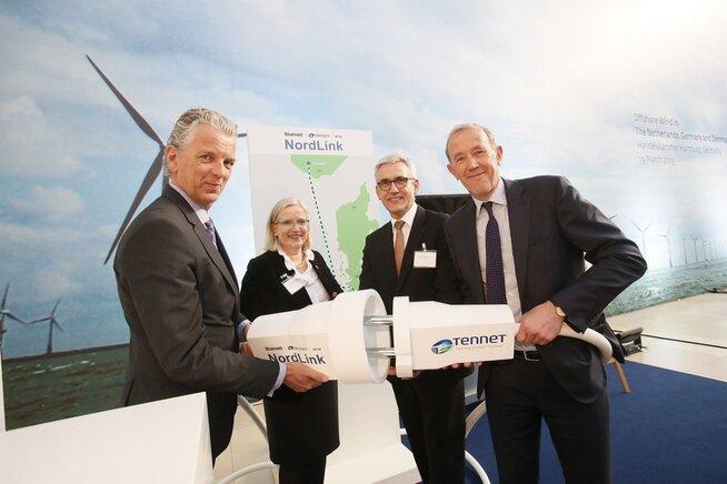 <p><b>TETT KONTAKT:</b>Nettoperatørene TenneT og Statnett skrev i 2015 under avtale om byggingen av strømkabelen Nordlink mellom Tyskland og Norge.</p>