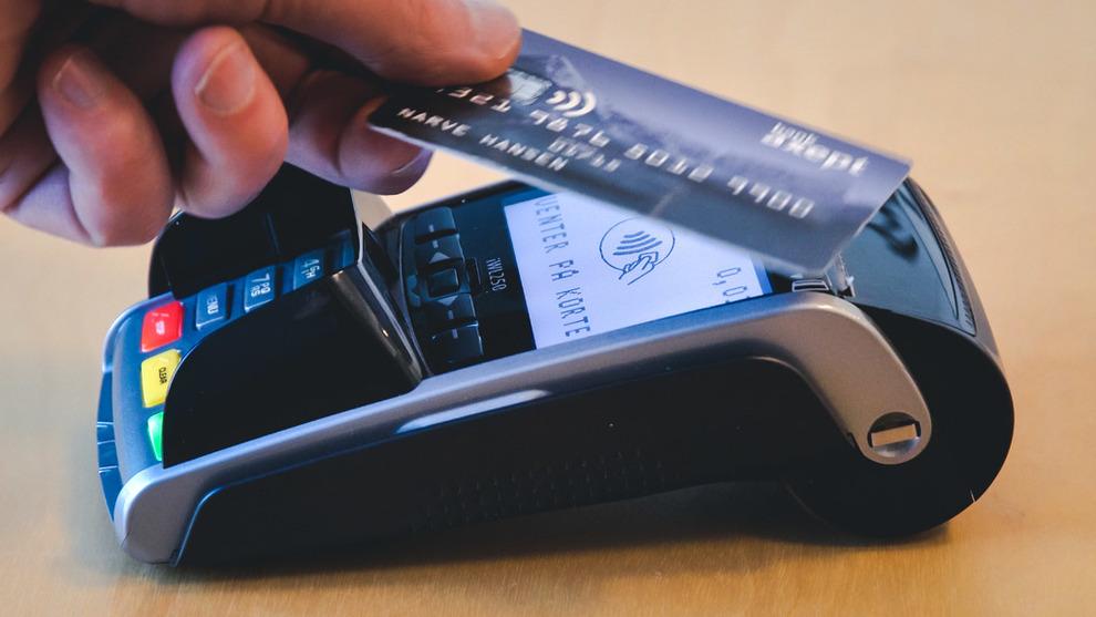 <p><b>KORT SOM GJELDER:</b> Bare 11 prosent av betalinger ved utsalgssteder skjer med kontanter i Norge. I fjor trakk vi kortet i snitt 441 ganger hver.</p>