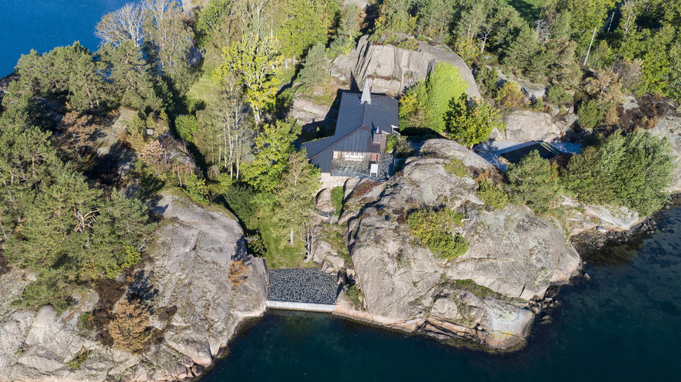 <p>Eiendommen til krafttrader Einar Aas på Hesnes utenfor Grimstad, er en av eiendommene som nå selges.</p>