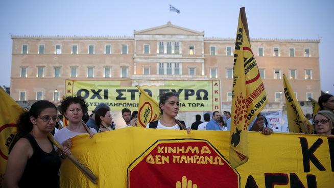 PROTESTER: Greske demonstranter har tatt til gatene en rekke ganger i protest mot innstrammingene etter at finanskrisen rammet landet. Helles er kanskje det landet i Europa som ble hardest rammet av finanskrisen, og de har i dag en statsgjeld på 178,6 prosent av BNP. Det er omtrent dobbelt så mye som snittet i eurosonen, som også de er en del av.