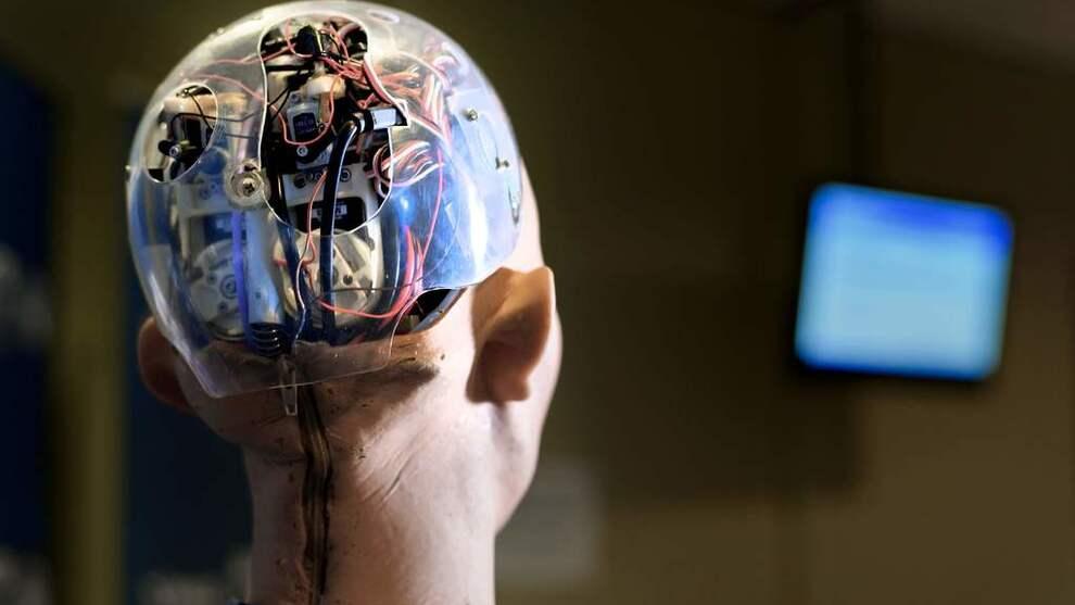 <p><b>TAR DE OVER?:</b> Bildet viser AI-roboten Sophia, bygget av Hongkong-baserte Hanson Robotics, under en kunstig intelligenskonferanse i Geneve i fjor.</p>