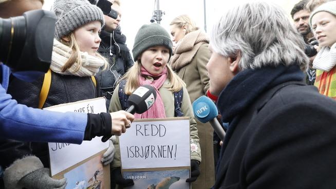 <p><b>STILT TIL VEGGS:</b> Selma (9) (t.v.) og Frøya (9) fra Nordseter skole i prat med klima- og miljøminister Ola Elvestuen. Streikende skoleelever var på plass i stort antall utenfor Stortinget fredag morgen.</p>