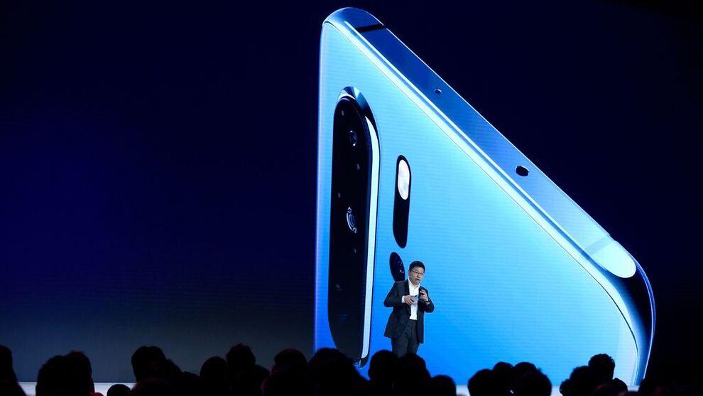 <p>KONSEKVENSER: Huawei, som i dag benytter Googles Android-system, kan bli hardt rammet av at Google avslutter samarbeidet med den kinesiske teleprodusenten. Dette bildet ble tatt av direktør Richard Yu under presentasjonen av Huaweis P30-modell.</p>
