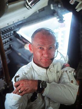 <p><b>KLOKKEN I BRUK:</b> Edwin «Buzz» Aldrin (89), kjent som den andre mannen på månen, er her fotografert av Neil Armstrong inne i månelandingsfartøyet med sin Omega Speedmaster.</p>