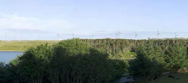 <p><b>FÅR BYGGE:</b>Frøya vindkraftverk skal bygges ut med 180 meter høye turbiner – her i en illustrasjon sett fra Valen.</p>