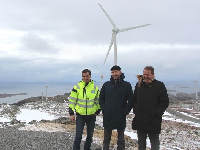 <p><b>NYE PROSJEKTER:</b> Her er olje- og energiminister Tord Lien (i midten) på Skomakerfjellet i Roan sammen med representanter for Trønderenergi.</p>