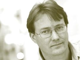<p>PROFESSOR: Nick Sitter ved BI.</p>
