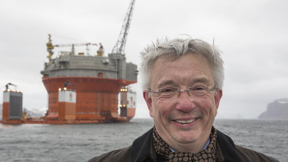<p><b>ØNSKER STØTTE:</b>Direktør Karl Eirik Schjøtt-Pedersen i Norsk olje og gass er bekymret for at småpartiene Venstre og SV skal påvirke de større partiene Høyre og Arbeiderpartiet til å oljepolitikken til det verre for næringen. Venstre og SV svarer at verden forandrer seg og at Norge ikke kan satse på «business as usual». Her er Schjøtt-Pedersen med Goliat-plattformen i bakgrunnen.</p>
