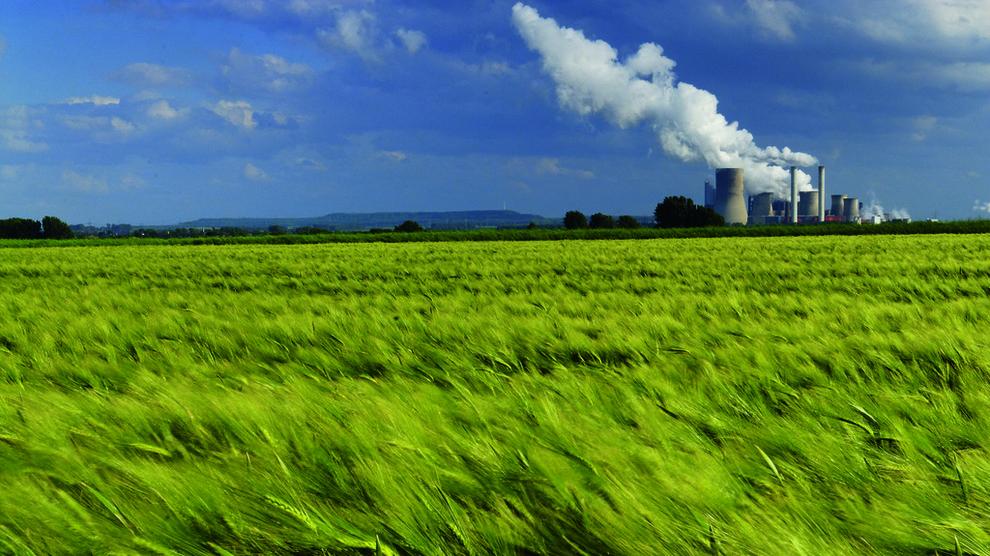 <p><b>NYE TIDER:</b>Dyrere kull og CO2-kvotepriser har bidratt til å løfte kraftprisen det siste året. Trolig vil prisene holde seg på rundt 40 øre kilowattimen det neste tiåret, men etter hvert vil kostnaden for ny vindkraft sette et tak på prisene, tror Thema Consulting. Dette er tyske RWEs kullkraftverk Neurath i Nordrhein-Westphalen.</p>