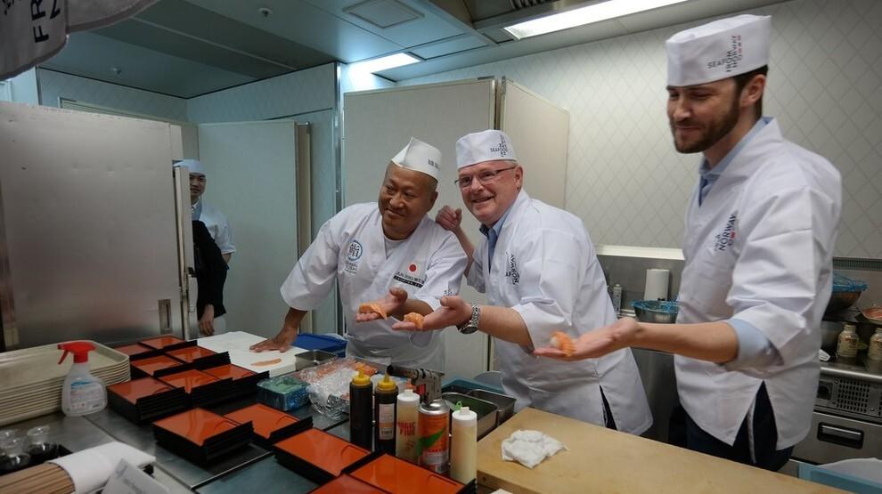 <p><b>PÅ TUR</b>: Per Sandberg var opptatt av å ta norsk fisk til nye markeder, og det er også noe av det bransjen husker han mest for. Her lager Sandberg sushi på et besøk i Japan.</p>