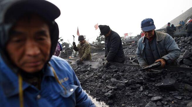 <p>Kinesiske myndigheter har satte i verk produksjonsrestriksjoner for kull i april i fjor. Det førte til at det ble mindre kull i markedet, og dermed gikk kullprisen opp.</p>