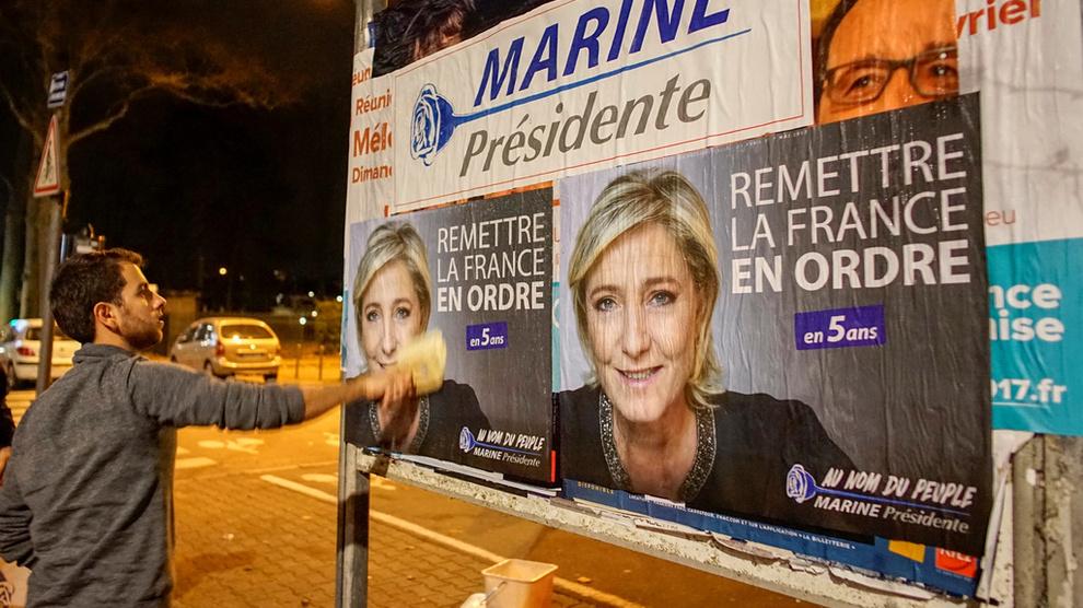 <p><b>VIL RYDDE OPP:</b> Medlemmer av ungdomsorganisasjonen til Nasjonal Front henger opp plakater av presidentkandidat Marine Le Pen med melding om at hun vil sette Frankrike tilbake i stand i løpet av fem år.</p>