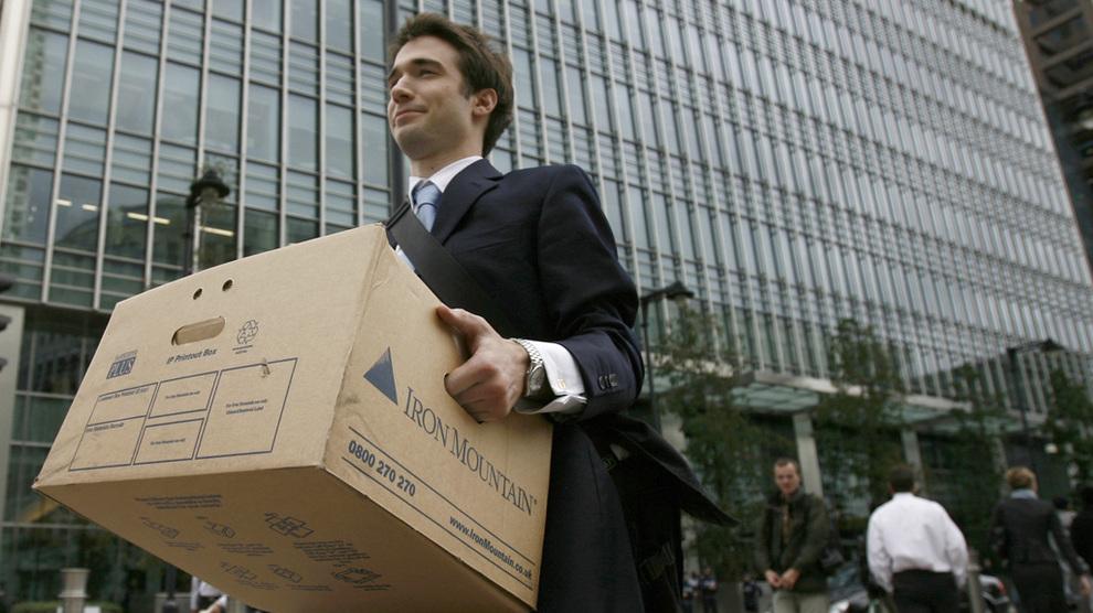 <p><b>VERRE SCENARIO:</b> Her bærer en av de ansatte eiendelene sine ut fra Lehman Brothers i London etter konkursen den 15. september 2008. Over ett år tidligere hadde Oljefondet laget krisescenarioer som var enda verre enn det som faktisk skjedde. Fondet fikk senere ros for å ha brukt nedturen til å kjøpe aksjer i bøtter og spann på billigsalg.</p>