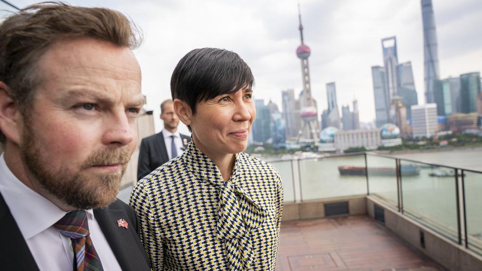 FORHANDLINGER: Regjeringen har de siste månedene jobbet intenst med å lande handelsavtaler med Kina. Samtidig har de skygget kontroversielle spørsmål om menneskerettigheter, overvåkning og demokrati. Dette bildet ble tatt da næringsminister Torbjørn Røe Isaksen (H) og utenriksminister Ine Eriksen Søreide (H) besøkte Shanghai i oktober i fjor. Foto: Heiko Junge / NTB scanpix