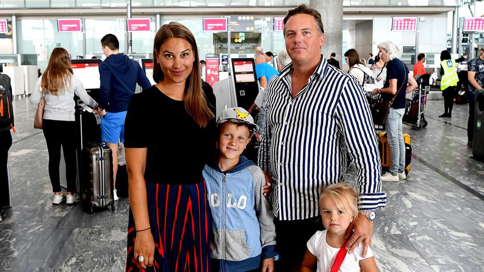 <p><b>REISER SOM FØR:</b> Nina Gravdal Bergsrud med mannen Knut Andre og barna Anton og Alba er på vei til Kypros. De er ikke bekymret for at den svake kronen gjør utenlandsferien dyrere.</p>